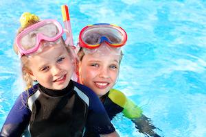 Kinder mit Tauchermaske im Wasser