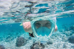Frau unter Wasser mit Ganz Gesichts Tauchmaske
